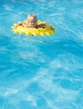 Divertimento da menina de Littl na piscina Fotografia de Stock