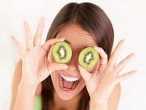 Divertimento da mulher da fruta de quivi imagens de stock