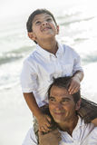 Divertimento da praia da família de Parent Boy Child do pai Foto de Stock Royalty Free