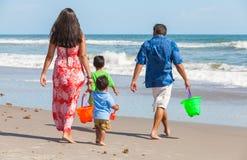 Divertimento da praia da família de Parents Boy Children do pai da mãe fotos de stock royalty free