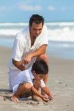Divertimento da praia da família do filho da criança de Parent Male Boy do pai foto de stock