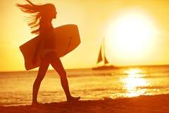 Divertimento da praia do surfista do corpo da mulher do verão no por do sol Imagem de Stock