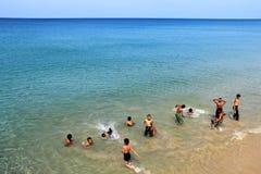 Divertimento das crianças no mar azul fotografia de stock