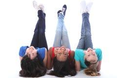 Divertimento de cabeça para baixo para três amigos de menina do estudante Fotografia de Stock