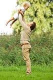 Divertimento de And Daughter Having do pai no parque Foto de Stock