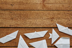 Divertimento de dobramento de papel na superfície de madeira Foto de Stock