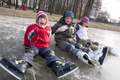 Divertimento de patinagem das crianças na neve Foto de Stock Royalty Free