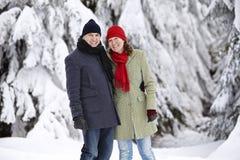Divertimento de riso da neve da mulher do homem Imagem de Stock Royalty Free