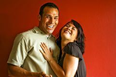 Divertimento de riso do relacionamento atrativo novo dos pares Fotos de Stock Royalty Free