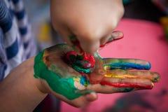 Divertimento dei bambini con pittura Fotografia Stock Libera da Diritti