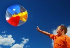 Divertimento del ragazzo con beachball Fotografie Stock Libere da Diritti