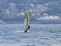 Divertimento del Windsurfer in un giorno di Breva Fotografia Stock