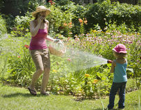 Divertimento dell'acqua di sorpresa nel giardino Fotografia Stock Libera da Diritti