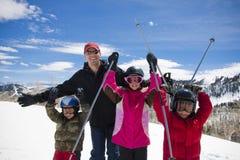 Divertimento della famiglia ad una stazione sciistica Fotografia Stock Libera da Diritti
