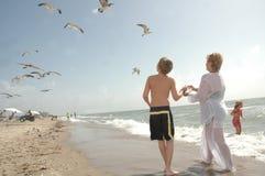 Divertimento della famiglia alla spiaggia Immagini Stock