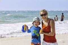 Divertimento della famiglia alla spiaggia Immagine Stock Libera da Diritti