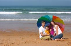 Divertimento della famiglia alla spiaggia Immagini Stock Libere da Diritti