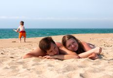Divertimento della famiglia alla spiaggia Immagine Stock