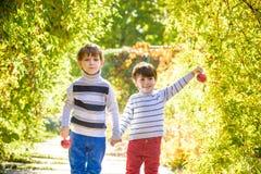 Divertimento della famiglia durante il tempo di raccolto su un'azienda agricola Bambini che giocano in autunno fotografie stock libere da diritti
