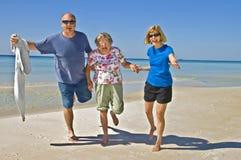 Divertimento della famiglia sulla spiaggia Immagini Stock