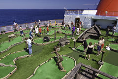 Divertimento della nave da crociera - mini golf in mare Fotografia Stock