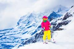Divertimento della neve e dello sci Bambino in montagne di inverno Fotografie Stock