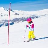 Divertimento della neve e dello sci Bambino in montagne di inverno Immagine Stock