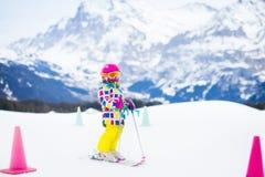 Divertimento della neve e dello sci Bambino in montagne di inverno Fotografia Stock Libera da Diritti