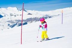 Divertimento della neve e dello sci Bambino in montagne di inverno Fotografia Stock