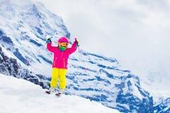 Divertimento della neve e dello sci Bambino in montagne di inverno Fotografie Stock Libere da Diritti