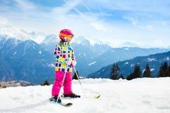 Divertimento della neve e dello sci Sci dei bambini Sport invernali del bambino Fotografia Stock Libera da Diritti