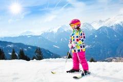 Divertimento della neve e dello sci Sci dei bambini Sport invernali del bambino Immagini Stock Libere da Diritti