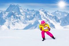 Divertimento della neve e dello sci Sci dei bambini Sport invernali del bambino Immagini Stock