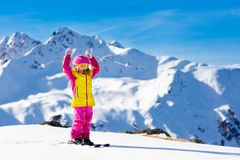 Divertimento della neve e dello sci Sci dei bambini Sport invernali del bambino Fotografie Stock Libere da Diritti