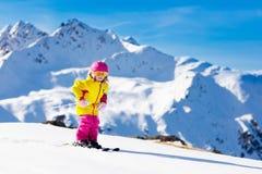 Divertimento della neve e dello sci Sci dei bambini Sport invernali del bambino Immagine Stock Libera da Diritti