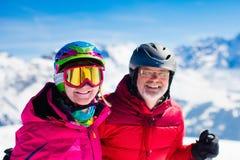 Divertimento della neve e dello sci in montagne di inverno Immagini Stock
