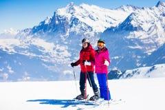 Divertimento della neve e dello sci in montagne di inverno Fotografie Stock Libere da Diritti