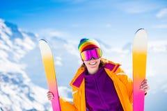 Divertimento della neve e dello sci in montagne di inverno Immagine Stock Libera da Diritti