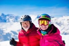 Divertimento della neve e dello sci in montagne di inverno Immagini Stock Libere da Diritti