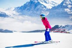 Divertimento della neve e dello sci in montagne di inverno Fotografie Stock