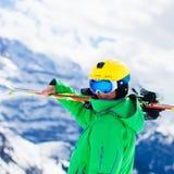 Divertimento della neve e dello sci per i bambini in montagne di inverno Immagini Stock