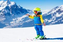 Divertimento della neve e dello sci per il bambino in montagne di inverno Immagini Stock Libere da Diritti