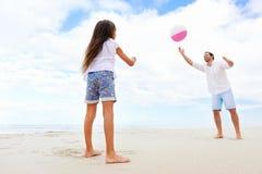Divertimento della spiaggia della famiglia Immagine Stock