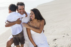 Divertimento della spiaggia della famiglia di Parents Boy Child del padre della madre Fotografia Stock Libera da Diritti