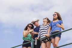 Divertimento della spiaggia di feste degli adolescenti Immagine Stock