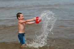Divertimento della spiaggia - goda di sulle onde Fotografia Stock Libera da Diritti