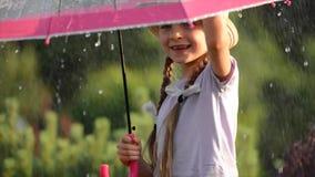 Divertimento della tempesta e dell'ombrello di estate Ragazza caucasica con l'ombrello stock footage