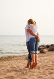 Divertimento delle coppie su una spiaggia Fotografie Stock
