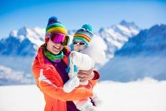 Divertimento dello sci e della neve della famiglia in montagne di inverno Fotografia Stock