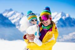 Divertimento dello sci e della neve della famiglia in montagne di inverno Fotografia Stock Libera da Diritti